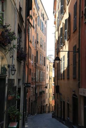 A caruggi (narrow passageways)