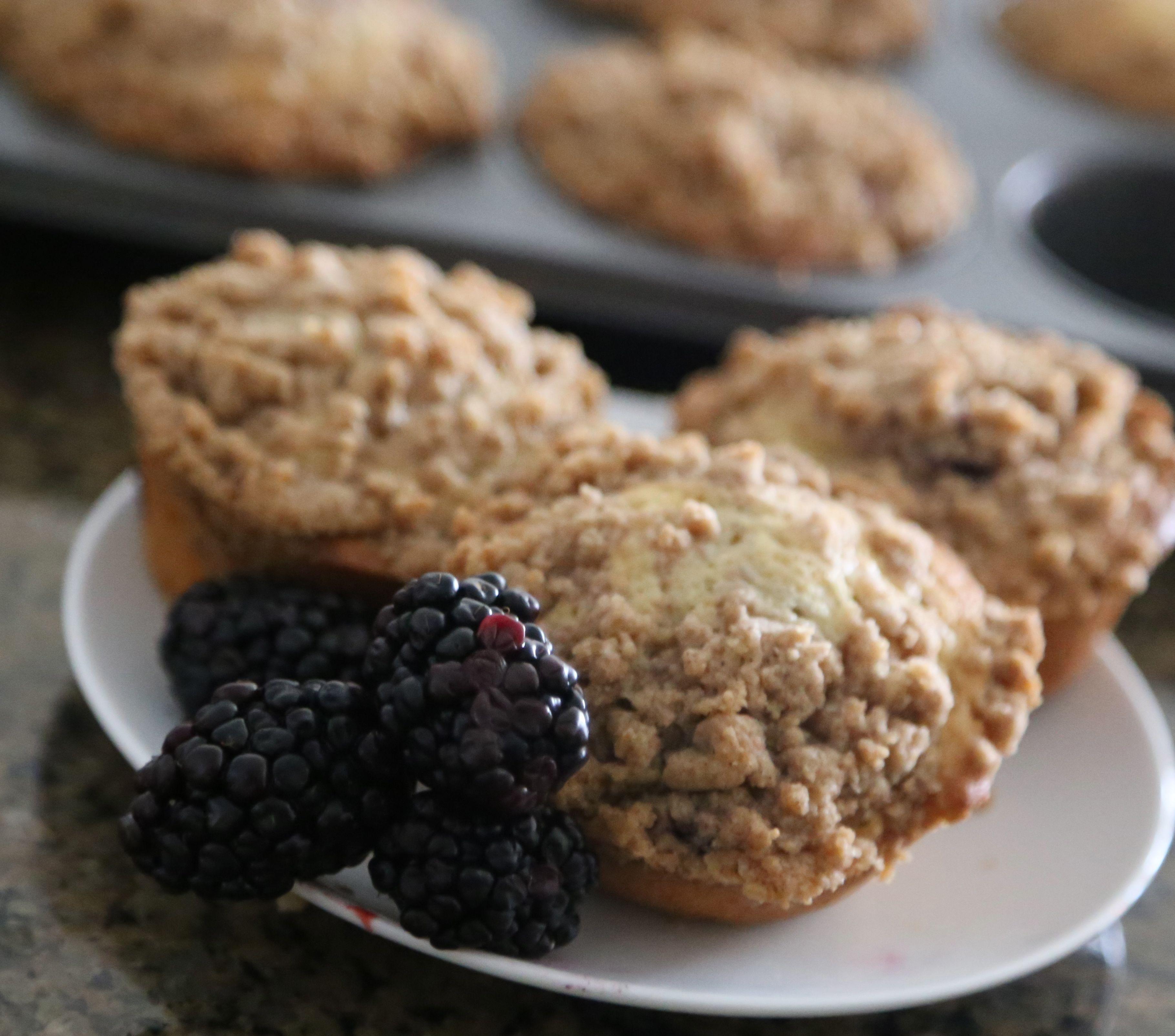 Blackberry Crumb Muffins | PETIT WORLD CITIZEN
